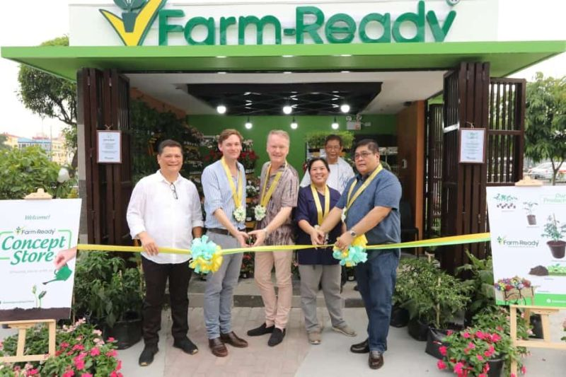 (L-R) East-West Seed Marketing and Strategy Consultant Ricardo Reyes; EWS Business Development Manager Jacob Baas; EWS General Manager Henk Herman; Philippine Horticultural Society , Inc. Directors Tiffany Cham and Nelson Cabangon lead Saturday's opening of the Farm-Ready concept store at SM City Clark. Joining them is Msgr. Jun Mercado (at the back). (Chris Navarro)