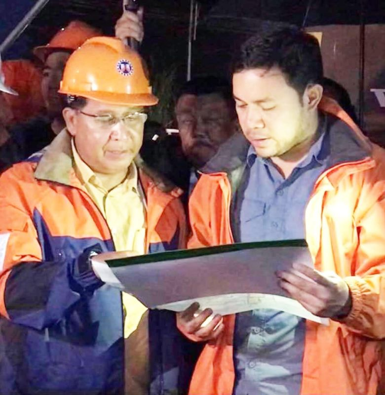 DPWH Secretary Mark Villar instructs DPWH-Central Luzon Regional Director Roseller Tolentino. Other photo shows the locations of Lakbay Alalay Post stations for Holy Week 2019 in Central Luzon.