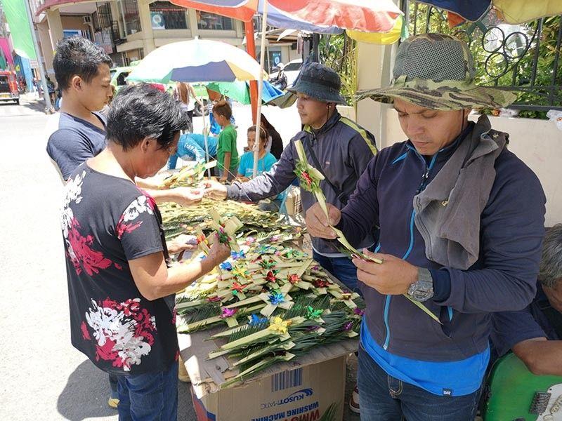 LUKAY. Nagkatag gawas sa San Pedro Cathedral sa Davao City ang mga vendor sa lukay aron makahalin atol sa pagdagsa sa mga debotong Katoliko kagahapon atol sa pag-obserba sa Palm Sunday nga maoy timailhan sa pagsugod sa Semana Santa. (Macky Lim)