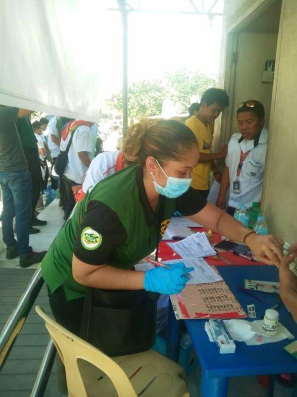 CEBU. Nagpahigayon og kinalit nga drug test ang Philippine Drug Enforcement Agency- Central Visayas sa Cebu North Bus Terminal, Lunes sa buntag, Abril 15. ( Fe Marie Dumaboc)