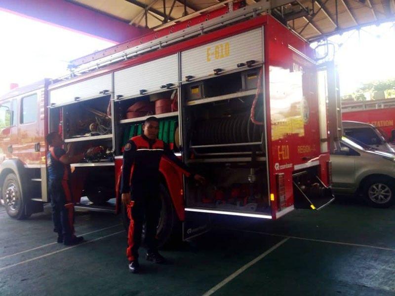 CEBU. Gipangcheck sa kabomberuhan sa dakbayan sa Mandaue ang ilahang mga ekipo, fire truck ug mga fire hydrants, Lunes, Abril 15. (Fe Marie Dumaboc)