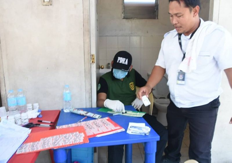 CEBU. Kining bus driver nipaubos sa kinalit kalit nga drug test nga gipahigayon sa Philippine Drug Enforcement Agency sa Cebu North Bus Terminal sa siyudad sa Mandaue niadtong Lunes, Abril 15. (SunStar foto/ Allan Cuizon)