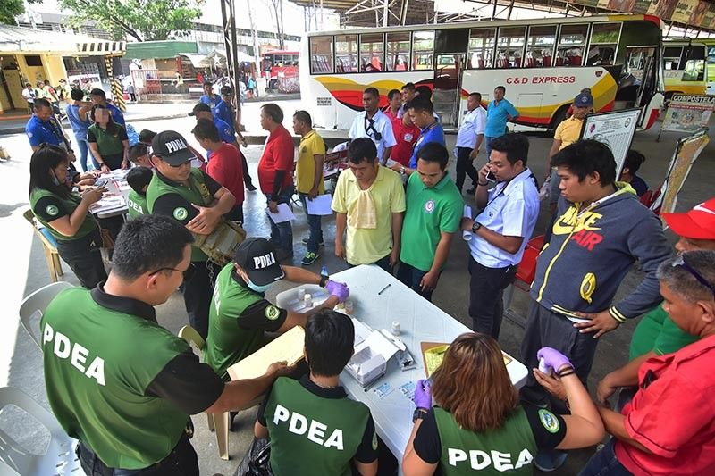 DAVAO. 'Huli' week. Kapin 300 ka mga drayber ug konduktor ang nipailawom sa drug test nga gipangunahan sa Philippine Drug Enforcement Agency (PDEA-Davao) kauban ang laing mga buhatan sa law enforcement sa siyudad sa Davao atol sa gipahigayong