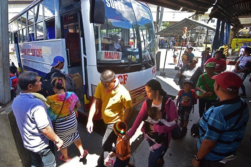 DAVAO. Biyaheng probinsiya. Nagsugod na og dugok ang mga pasahero sulod sa Davao City Overland Transport Terminal (DCOTT) pipila ka adlaw una magsugod ang bul-og sa mga tawo nga manguli sa mga probinsiya karong Semana Santa. (Macky Lim)