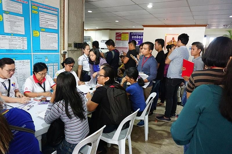 BEATING THE DEADLINE. Those already in line at the Bureau of Internal Revenue offices before the 5 p.m. deadline are assured of being accommodated, the BIR says. (SunStar photo / Alex Badayos)