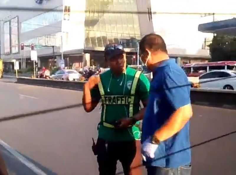 CAGAYAN DE ORO. A personnel from the Roads and Traffic Administration (left) argues with the ambulance driver. (Screen capture from the video of Ardy Lira Cabuena)