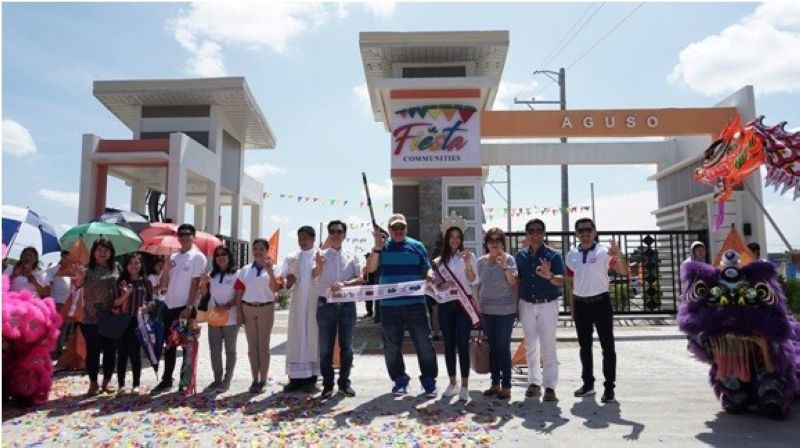 PAMPANGA. Fiesta Communities president and chief executive officer Wilfredo M. Tan, Fiesta chief operating officer Patrick John Tan, Home Development Mutual Fund department manager III Josephine Reyes and Fiesta Communities official endorser Jimmy Santos launch the entrance gate and the model units of Fiesta Communities Aguso in Tarlac. (Photo by Jhona Ocampo)