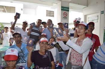 NEGROS. Some of the farmer-beneficiaries in the norther part of Negros Occidental who received the mobile phones promised earlier by President Rodrigo Duterte. (Contributed photo)