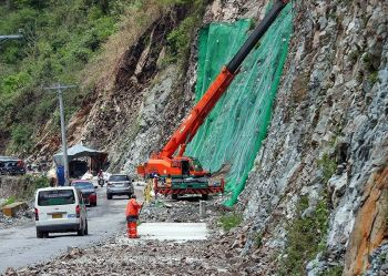 BAGUIO. Motorists were warned of falling rocks along Kennon Road as construction and rehabilitation of some portions of the road are not yet complete. The road is temporarily open to cater to the vast number of visitors expected to go up to Baguio during the Holy Week. (Photo by Jean Nicole Cortes)