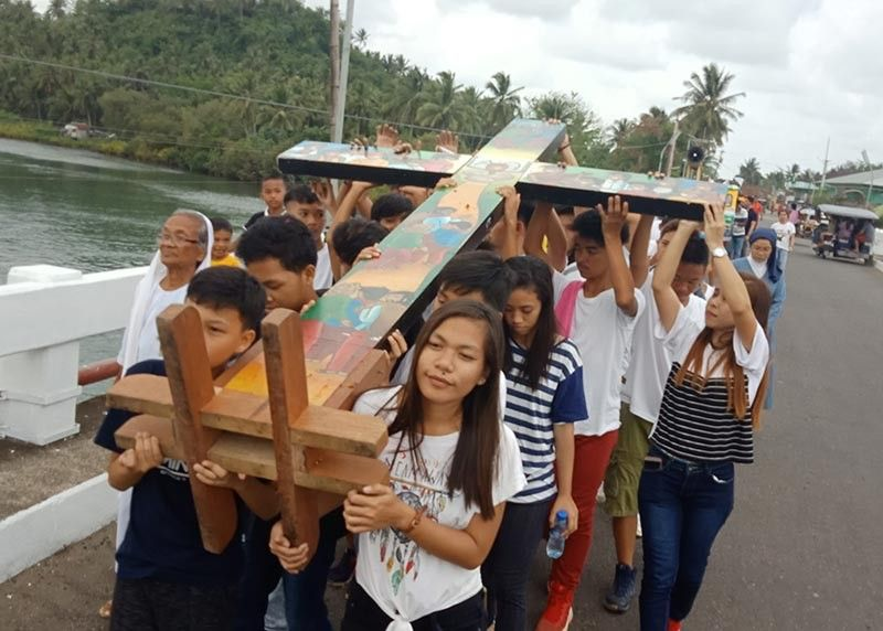 EASTERN SAMAR. Young and old Catholic faithful in Eastern Samar venerate the St. John Paul II blood relic and the National Youth Cross. (Photo by Alren Jerome Beronio)