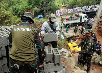 BENGUET. Personnel from the local government unit of La Trinidad, La Trinidad Municipal Police Station, 1401 Ready Reserve Infantry Battalion and DENR-Cordillera confiscated construction materials brought to the Puguis Communal Forest on Tuesday, April 16. (Photo by Lauren Alimondo)