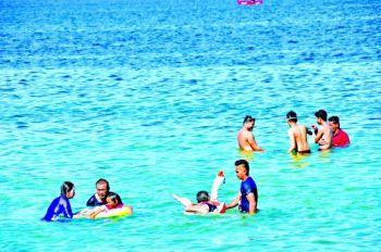 Mitugsaw sa bugnaw nga dagat ang pipila ka mga batan-on sa usa ka beach resort sa Matina Aplaya, Davao City   aron mag-enjoy ug mag-uban uban sa holy week nga aduna sab taas nga panahon nga way trabaho. (Macky Lim)
