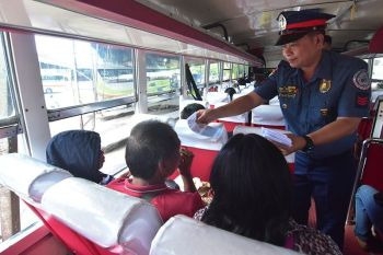 Gipanghatagan sa usa ka pulis ilawom sa Regional Anti-Cybercrime Unit 11 ang mga pasahero sa usa ka bus   samtang wa pa kini milarga sa Davao City Overland Transport Terminal (DCOTT) aron ma-edukar sa husto nga paggamit sa   social media. (Macky Lim)