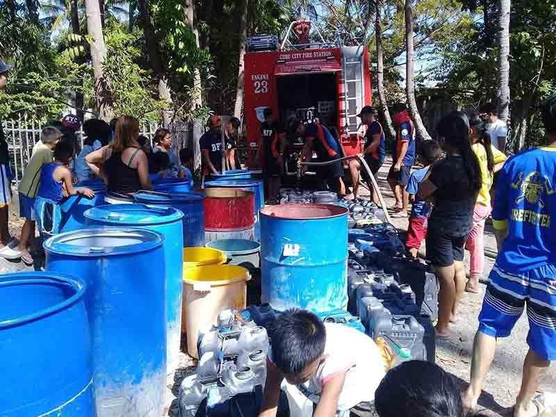 RASYON SA TUBIG: Ang Metro Cebu Water District (MCWD) uban sa Cebu City Government ug Bureau of Fire Protection (BFP) padayong nangrasyon og tubig sa kabarangayan sa Dakbayan sa Sugbo nga nagnihit ang supply. Ang tubig nga gihatag sa MCWD ngadto sa mga konsumidor libre. (Tampo Sa MCWD)