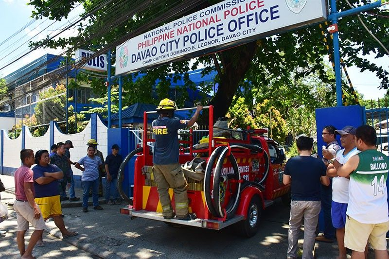 DAVAO. Daling miresponde ang mga bombero sa Central 911 ug mga fire volunteers sulod sa Davao City Police Office human ang pagbusikad sulod sa barracks nga miresulta sa pag-uyog sa yuta tungod sa kakusog nga milisang sa mga residente sa kasikbit nga mga barangay palibot sa DCPO headquarters, Sabado, Abril 20, 2019. (Macky Lim)
