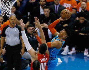 WA KAPUGNGI: Ang guard sa Oklahoma City Thunder nga si Russell Westbrook, tuo, nga miitsa atubangan sa nagdepensa nga sentro sa Portland Trail Blazers nga si Enes Kanter (00) ning aktoha atol sa Game 3 sa ilang first-round playoff series sa NBA kagahapon. (AP)