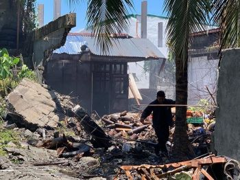 DAVAO. Usa ka sakop sa Explosive Ordnance Disposal (EOD) ang walay kukahadlok nga mirumbo sa storage area sa Special Anti-Terrorism Unit (SATU) diin mibusikad ang mga ebidensya nga mga eksplosibo sa Special Anti-Terrorism Unit (SATU) sa Davao City Police Office headquarters sa Camp Domingo Leonor, alas 11:30 sa buntag, Sabado, Abril 20, 2019. (Hulagway gipaambit sa Davao Breaking News)
