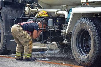 DAVAO. Miinom sa nag-awas nga tubig gikan sa tanke sa firetruck ang usa ka bombero sa Central 911 human miresponde sa pagbusikad sa bomba sulod sa Davao City Police Office Sabado, Abril 20, 2019. (Macky Lim)