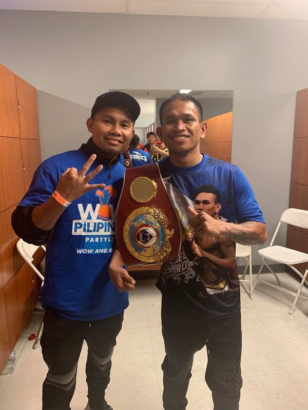 THREE. Trainer Rodel Mayol (left) puts up three fingers after Johnriel Casimero (right) won his third division world crown in Carson City California. (Contributed foto / Rodel Mayol)