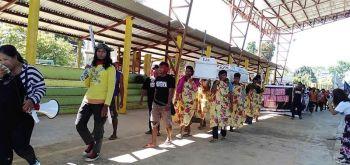 Ang 300 ka mga mag-uuma magprotesta alang sa Kalbaryo sa Kabus nga rally dinhi unta sa Cagayan de Oro niadtong Biyernens Santo ang gibabagan ug gikwestyon sa kapolisan sa Manolo Police Station. (Kalbaryo sa Kabus FB page)