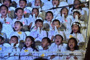 Gipukaw sa mga bata pinaagi sa maanindot nga tingog ang gatusan ka mga Dabawenyo nga Katoliko nga mitambong sa selebrasyon sa Adlaw sa Pagkabanhaw (Sugat) didto sa San Pedro Cathedral, Davao City nga gi pangulohan ni Davao Archbishop Romulo Valles. (Hulagway kuha ni Macky Lim)
