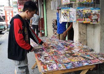 Namili og mga salida ang usa ka lalaki sa laray sa mga pirated DVDs nga naka-display atbang mismo sa Davao City Police Office sa San Pedro Extension, Davao City bisan bawal kining ibaligya og posibleng imbarguhon sa otoridad. (Hulagway kuha ni Macky Lim)