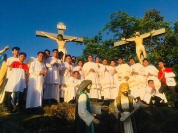 Ang Knights of the Altar Servers sa Tibungco Parish Davao City nagpahulagway atol sa ilang pagserbisyo sa simbahan panahon sa Semana Santa. Madasigon sila sa kanunay uban sa kinasingkasing nga pagtuo ug pagtuman sa mga buhat ug pulong nga iya sa Diyos. Usa sila sa mga aktibo sa mga aktibidad sa simbahan sa Dakbayan sa Davao. (Hulagway gipaambit ni Benedict Lanorias II)