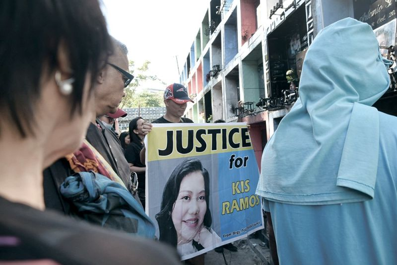 IN SEARCH OF JUSTICE. Family and friends gather to pay their last respects to Kis Katy Ramos. The 21-year-old was shot and killed along with her boss last April 10. Police have yet to identify their killer. (SunStar foto / Allan Cuizon)