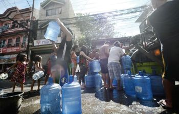 WATER PROBLEM. Residents of Barangay Sambag 1 in Cebu City rely on MCWD's water tankers for their daily supply of water amid the dry spell. (SunStar foto / Amper Campaña)