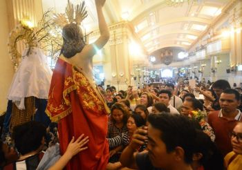 DEVOTION. The faithful gather to pray before and touch the images of Jesus Christ and the Virgin Mary after the Easter Sunday mass at the Cebu Metropolitan Cathedral. (SunStar Foto / Allan Cuizon)