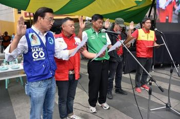 BAGUIO. Candidates for the lone congressional district of Baguio City pledge to fulfill their platforms, follow the rules and regulations during the campaign and conduct clean-up activities after the campaign season during the Baguio Pulse Check 2019 Candidates Forum at the Peoples Park recently. (Redjie Melvic Cawis)