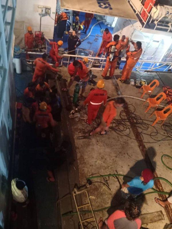 CEBU. Nasunog ang parte sa usa ka cargo ship dihang nag-welding kini Lunes sa gabii, Abril 22. (Philippine Coast  Guard- Central Visayas)