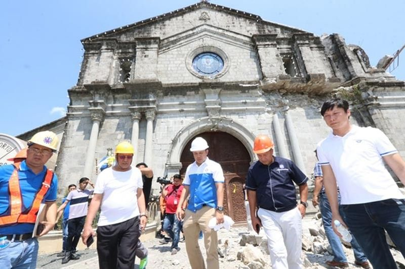 PAMPANGA. Public Works Secretary Mark Villar, together with DPWH Central Luzon Regional Director Joseller Tolentino (2nd from right), Porac Mayor Carling Dela Cruz (2nd from left), Pampanga 2nd District Engineering Office (DEO) DE Gigs Audea (left) and ADE Cecil Laurence Cruz (right) inspect the heavily damaged St. Catherine Church in Porac, Pampanga. (Photo by Chris Navarro)