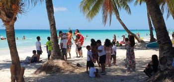 AKLAN. Chinese elder tourists enjoys the white beach alongside the local Filipino children in Boracay. (Jun N. Aguirre)