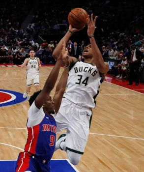 ABANTE: Si Milwaukee Bucks forward Giannis Antetokounmpo (34) miitsa batok sa depensa ni Detroit Pistons guard Langston Galloway (9) ning aktuha sa Game 4 sa ilang 1st round series sa NBA Playoffs kagahapon. Giusban paglampornas sa Bucks ang Pistons aron humanon og sayo ang series, 4-0. (AP Photo)
