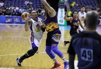 SEMIS: Naglisod ning aktuha si Paul Lee sa Magnolia (wa) gumikan sa hugot nga depensa ni Rain or Shine big man Beau Belga sa Game 4 sa PBA semi-finals niadtong Lunes sa gabii. (pba.ph)