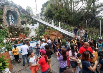 BAGUIO. Hundreds of devotees flock to Lourdes Grotto in Baguio City during the Holy Week to seek blessing of the Virgin Mary. (Photo by Jean Nicole Cortes)