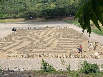 DESILTING: Ang Metro Cebu Water District (MCWD) mipahigayon na og desilting sa Jaclupan dam tungod sa paghubas na sa tubig. Pinaagi niini, mobalik paglawom ang dam kon moabot na ang ting-uwan ug mobalik sa normal ang tubig sa dam. (Herty B. Lopez)