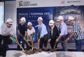 ALMOST THERE. Arthaland president Jaime Gonzales (center) leads the ceremonial topping off of Cebu Exchange. To highlight the building's sustainable features, the ceremony is held on Earth Day, April 22. (SunStar photo / Amper Campaña)