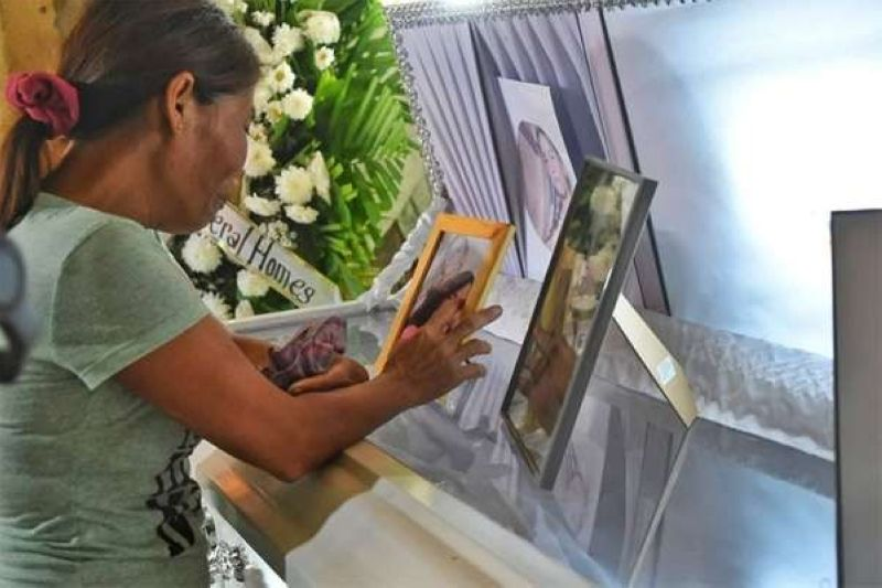 CEBU. Lourdes Silawan, mother of 16-year-old Christine Lee Silawan, who was killed in Barangay Bankal, Lapu-Lapu City. (Allan Cuizon)