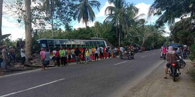 LINOG: Usa ka bus nga gikan sa Catbalogan, Samar padung sa Tacloban City, Leyte nahulog daplin sa karsada sa Obayan, Pinabacdao dihang nitay-og ang 6.5 magnitude nga linog niadtong Martes sa hapon. (Tampo ni Mark Ash)
