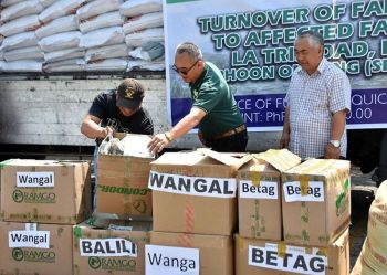 BENGUET. The Municipal Government of La Trinidad, led by Mayor Romeo Salda and Vice Mayor Joey Marrero, distributed farm supplies, including fertilizers and vegetable seeds to Typhoon Ompong-affected farmers in the valley. (Redjie Melvic Cawis)