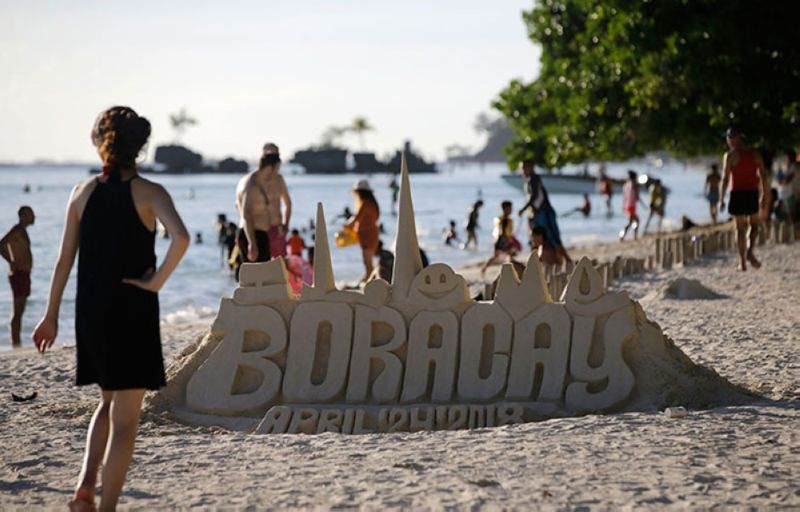 BORACAY. In this photo taken in April 2018, tourists enjoy the beach in Boracay in the last few days before the island was closed to tourists to pave for its rehabilitation. (File Photo)