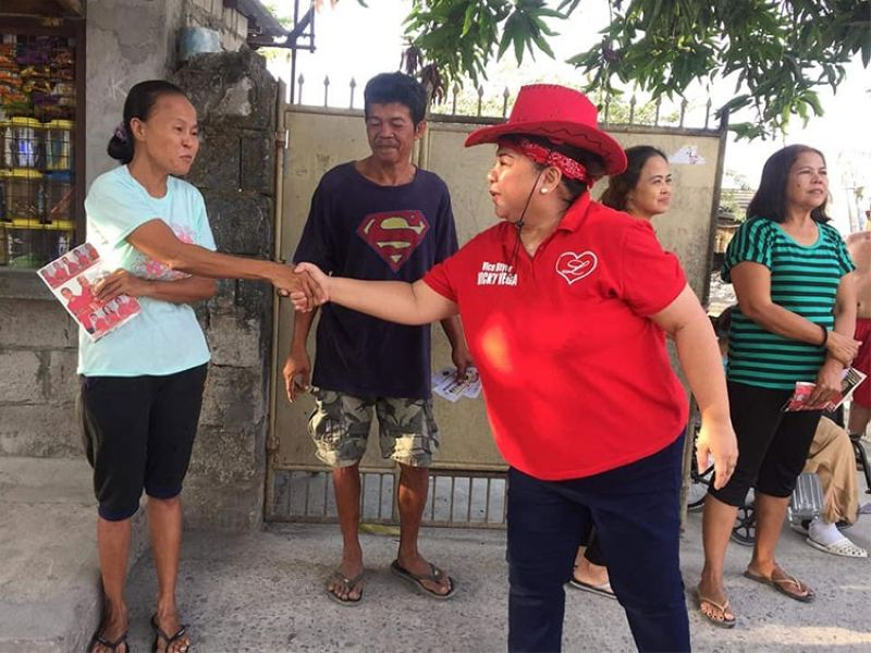 "PAMPANGA. Maria Vicenta ""Vicky"" Vega Cabigting, who is running again for vice mayor of Angeles City, shakes hand with a voter during a house-to-house campaign. (Photo from Cabigting's Facebook page)"