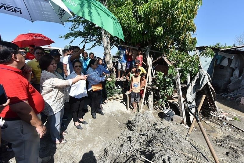 PAMPANGA. Governor Lilia Pineda and House Speaker Gloria Macapagal-Arroyo assess the quake-hit residential houses in Barangay San Rafael together with Mayor Dante Torres. (Jun Jaso)