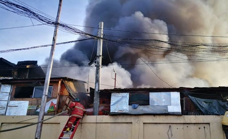 CEBU. Fire hits Barangay Tejero, Cebu City, Friday afternoon, April 26. (Alex Badayos)
