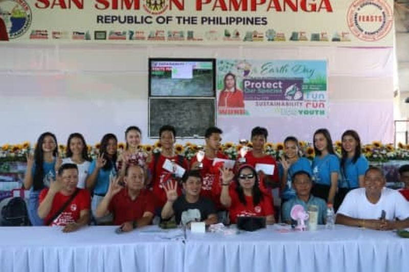 PAMPANGA. San Simon Mayor and vice mayoralty candidate Leonora C. Wong and re-electionist Councilors Beda Pineda and Archie Basilio flash the Wong Pa More sign together with winners of the Earth Day Fun Run. Joining them are barangay officials.(Chris Navarro)