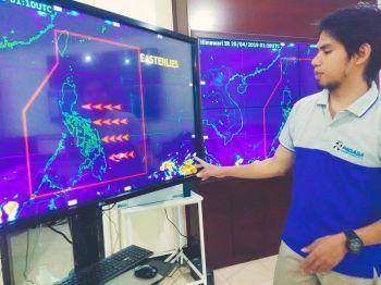 CEBU. Gitudlo ni Pagasa- Mactan weather specialist Romeo Aguirre ang pundok sa mga panganod gawas sa Pilipinas nga maoy posible magdala og ulan sa Mindanao ug habagatang bahin sa kabisay-an. (Hulagway kuha ni Fe Marie Dumaboc)