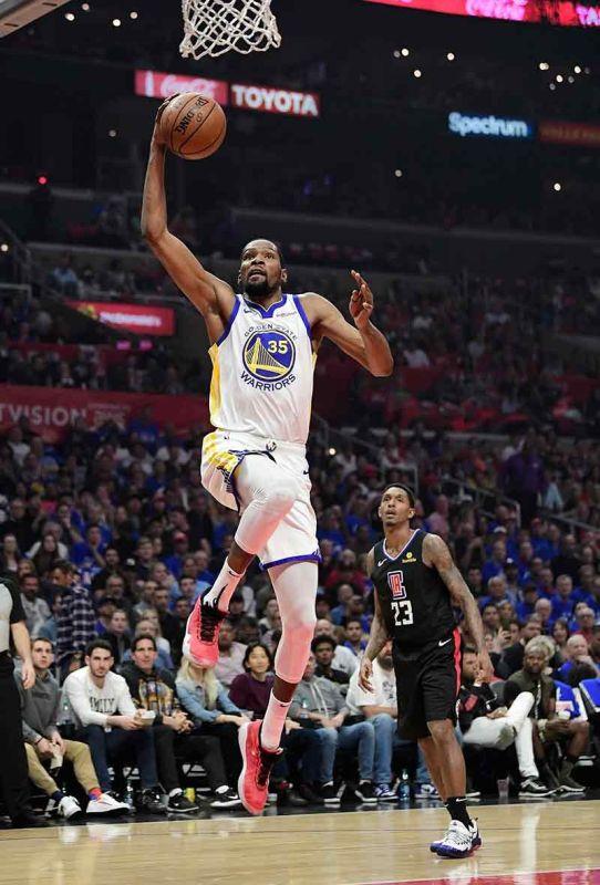 2ND ROUND: Sa pagpangulo ni Kevin Durant (35), ang Golden State Warriors nakaabante sa 2nd round sa NBA Playoffs human nila gipangmakmak ang LA Clippers kagahapon sa Game 6 sa ilang Western Conference 1st round series. (AP)