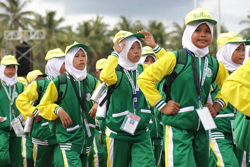 Mga atleta sa Bangsamoro Autonomous Region in Muslim Mindanao (BARMM) madasigon nga mirampa padung sa ilang lugar sa ground sa University of the Philippines (UP-Mindanao) atol sa grandehiyusong opening ceremony sa Palarong Pambansa 2019, kagahapon. (Mark Perandos)